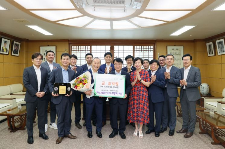 최병오 패션그룹형지 회장, 전남대에 발전기금 1억 원 기부