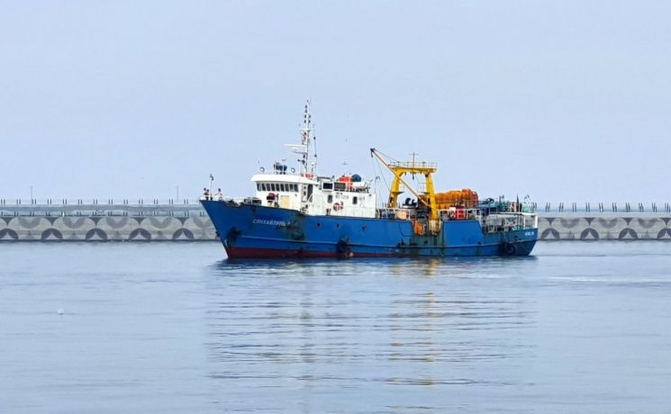북한에 나포된 러시아 어선 '샹 하이린(Xiang Hai Lin) 8호'가 28일 오후 1시께 한국인 2명과 러시아인 15명 등 선원 17명 전원을 태우고 속초항에 입항하고 있다. <사진=연합뉴스>