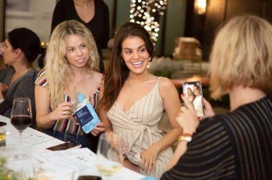 마스크팩 브랜드 메디힐이 뉴욕 소호 진출 기념 인플루언서 간담회를 개최했다. 모델들이 마스크팩과 인증사진을 찍고 있는 모습.