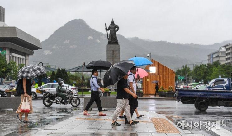 서울과 경기 지역에 호우주의보가 발령된 지난달 31일 서울 종로구 세종로에서 시민들이 우산을 쓰고 이동하고 있다./강진형 기자aymsdream@