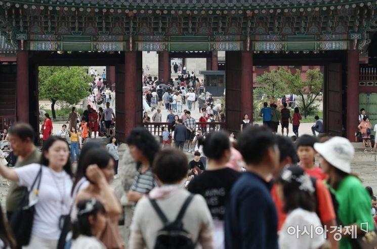 31일 문화가 있는 날(매월 마지막 주 수요일)을 맞아 무료로 개방된 서울 경복궁에서 관광객들이 즐거운 시간을 보내고 있다. /문호남 기자 munonam@