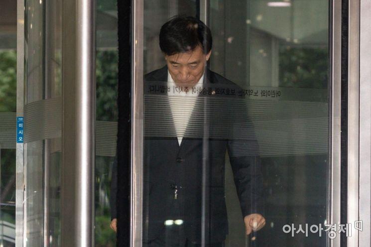 [포토]집무실 들어서는 이주열 총재
