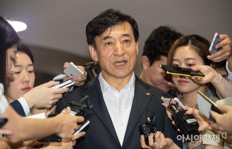 미국 중앙은행인 연방준비제도가 약11년만에 기준금리를 내린 1일 서울 중구 한국은행에서 이주열 한국은행 총재가 취재진 질문에 답하고 있다./강진형 기자aymsdream@
