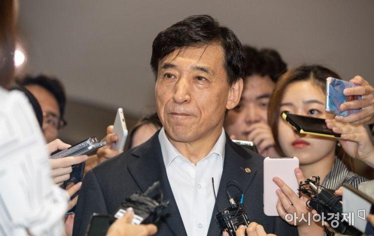 [포토]미 연준 기준금리 인하, 취재진과 만난 이주열 총재