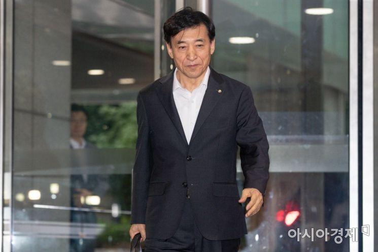 미국 중앙은행인 연방준비제도가 약11년만에 기준금리를 내린 1일 서울 중구 한국은행에서 이주열 한국은행 총재가 출근길에 오르고 있다./강진형 기자aymsdream@