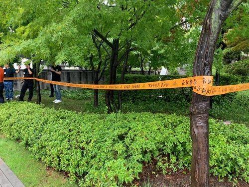 1일 서울 광화문 세종로 소공원 인근에 경찰 통제선이 설치돼 있다. 이날 오전 한 남성이 분신을 시도해 인근 병원으로 이송됐다. [이미지출처=연합뉴스]