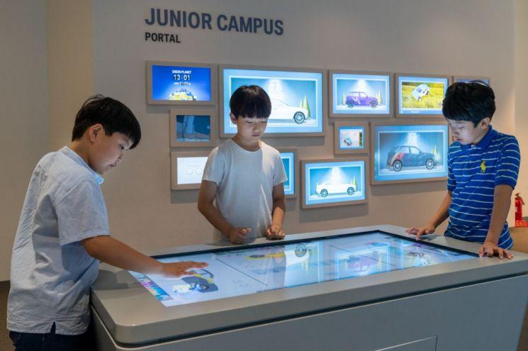 BMW코리아 미래재단 주니어캠퍼스에 참여한 학생들이 터치 스크린을 통해 교육을 스스로 체험하는 모습/사진=BMW코리아미래재단