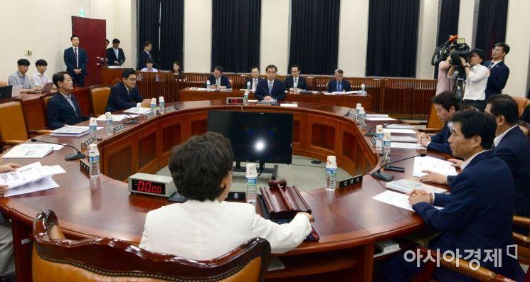 서훈 국정원장이 1일 국회에서 열린 정보위 전체회의에 출석하고 있다./윤동주 기자 doso7@