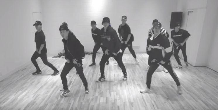 신곡을 발표한 가수 강다니엘이 댄서들과 함께 안무를 선보이고 있다/사진=커넥트 엔터테인먼트 유튜브 채널