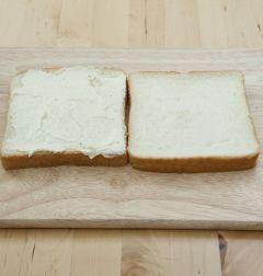 5. 샌드위치용 빵에 ①의 크림치즈를 바른다.