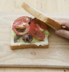 6. 샌드위치용 빵에 양상추와 불고기, 토마토를 올린 후 샌드위치용 빵을 올린다.