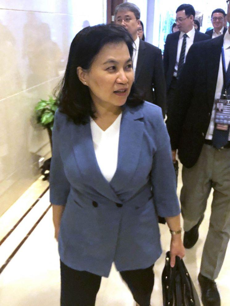 유명희 산업통상자원부 통상교섭본부장이 1일 중국 베이징 서우두공항에 도착했다. [이미지출처=연합뉴스]