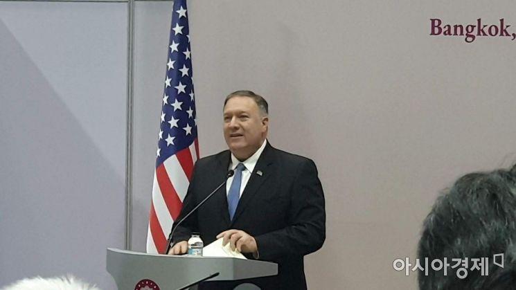 마이크 폼페이오 미 국무부 장관이 1일 방콕에서 미국-태국 외교장관 회담을 마치고 공동 기자회견을 하고 있다(촬영=백종민기자)