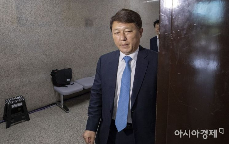 최재성 더불어민주당 일본경제침략대책특별위원장이 2일 국회에서 열린 일본 경제 침략 관련 비상 대책연석회의에 참석하고 있다. 일본 정부는 한국의 수출절차 간소화 혜택을 인정하는 화이트 리스트 명단에서 제외하는 결정을 내렸다./윤동주 기자 doso7@