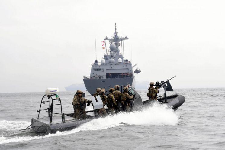 지난달 26일 경남 거제도 인근 해상에서 열린 청해부대 30진의 해적대응 민관군 합동훈련에서 해군 특수전 대원(UDT/SEAL)으로 구성된 검문검색대 공격팀이 고속단정(RIB)에 탑승해 피랍 상선으로 가정한 함정으로 접근하고 있다. (사진=대한민국 해군)