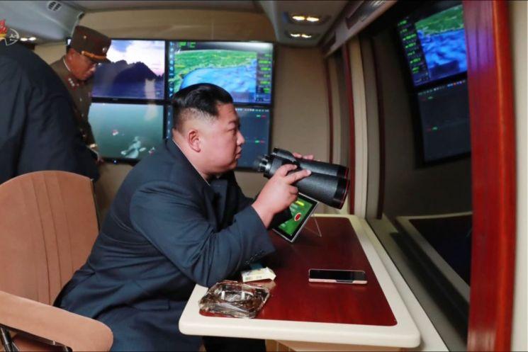 북한이 지난달 31일 김정은 국무위원장의 지도 하에 '신형 대구경조종방사포 시험사격'을 했다고 조선중앙TV가 1일 보도했다. 사진은 이날 중앙TV가 공개한 것으로 김정은 위원장이 시험사격을 참관하고 있다.
