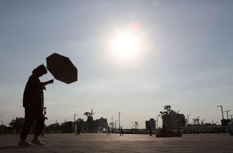 대구·경북에서 경북 북동 산지와 울진, 봉화를 제외한 모든 지역에 폭염주의보가 발효된 지난 6월5일 동대구역 광장에서 뜨거운 태양 아래 시민들이 오가고 있다. / 사진=연합뉴스
