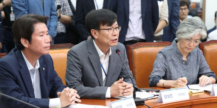 김상조 청와대 정책실장(가운데)이 4일 오후 국회에서 열린 고위 당·정·청 협의회에서 발언하고 있다. 사진=연합뉴스