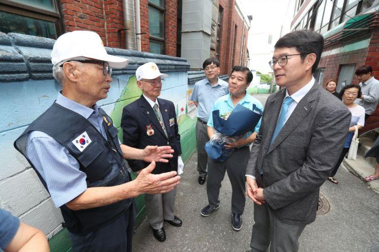 국가유공자 이재윤씨(왼쪽)가 정원오 성동구청장에게 감사의 말을 전하고 있다.