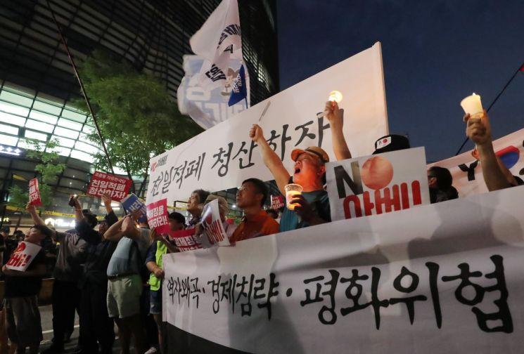 아베규탄시민행동 주최로 27일 저녁 서울 광화문 광장에서 열린 '역사왜곡, 경제침략, 평화위협 아베정권 규탄 2차 촛불문화제'에 참가한 시민들이 촛불을 들고 일본대사관 앞까지 행진해 구호를 외치고 있다. [이미지출처=연합뉴스]