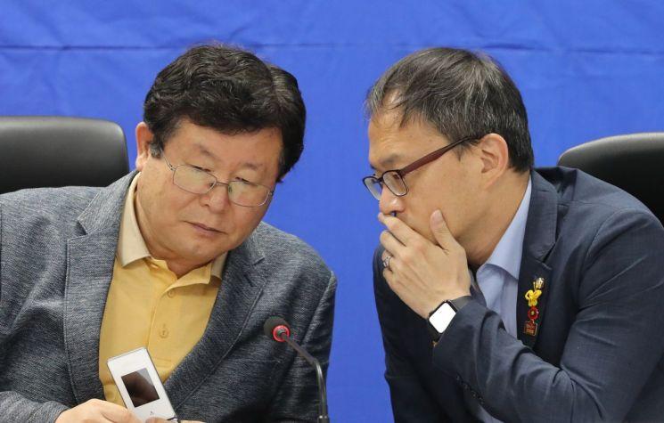 설훈 더불어민주당 최고위원(왼쪽)
