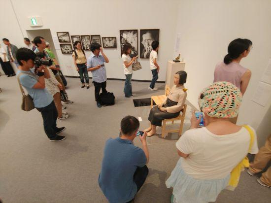 지난 8월 일본 아이치현 나고야시 아이치현문화예술센터 전시장에 놓인 '평화의 소녀상'을 시민들이 관람하고 있다.(사진=연합뉴스)