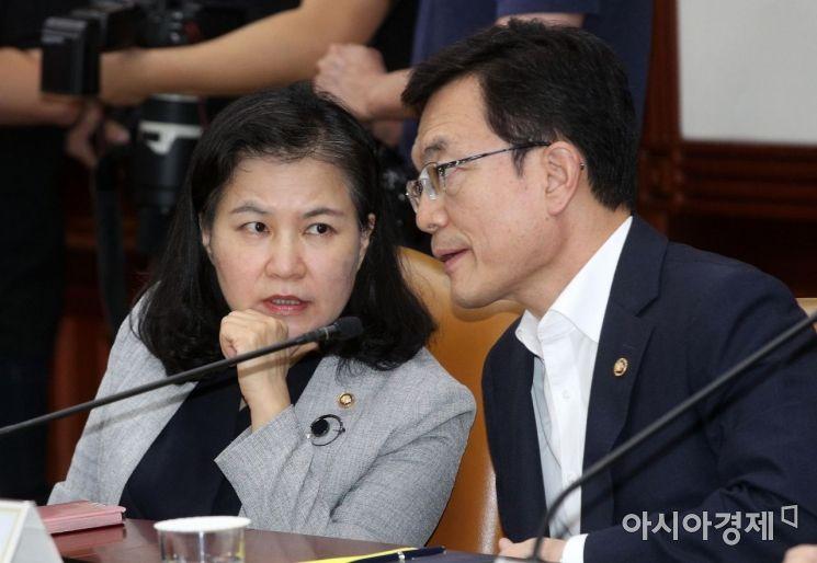 [포토] 대화하는 유명희 본부장과 조세영 차관