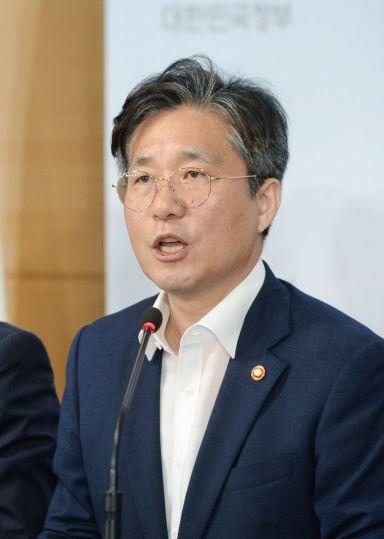 성윤모 산업통상자원부 장관이 5일 오전 정부서울청사 합동브리핑실에서 '대외의존형 산업구조 탈피'를 위한 '소재·부품·장비 경쟁력 강화대책'을 발표하고 있다.