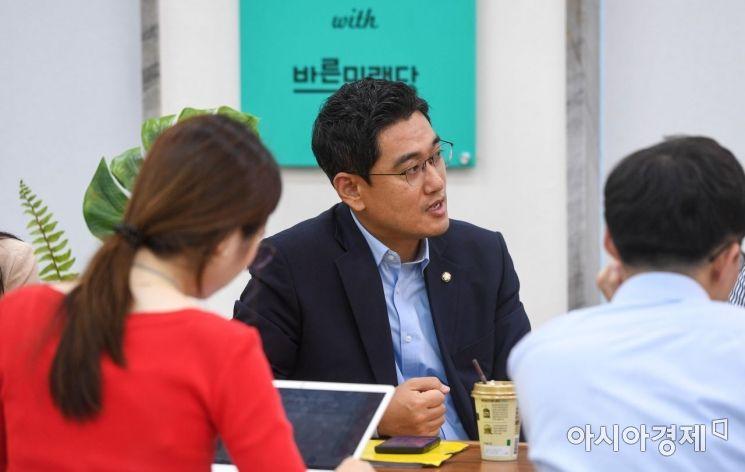 [포토]기자간담회하는 오신환 바른미래당 원내대표