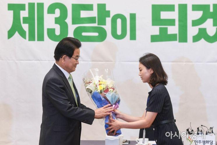 [포토]꽃다발 전달받는 정동영 대표