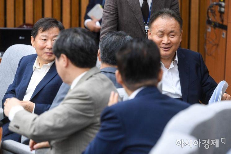 [포토]동료 의원들과 인사하는 이상민 의원
