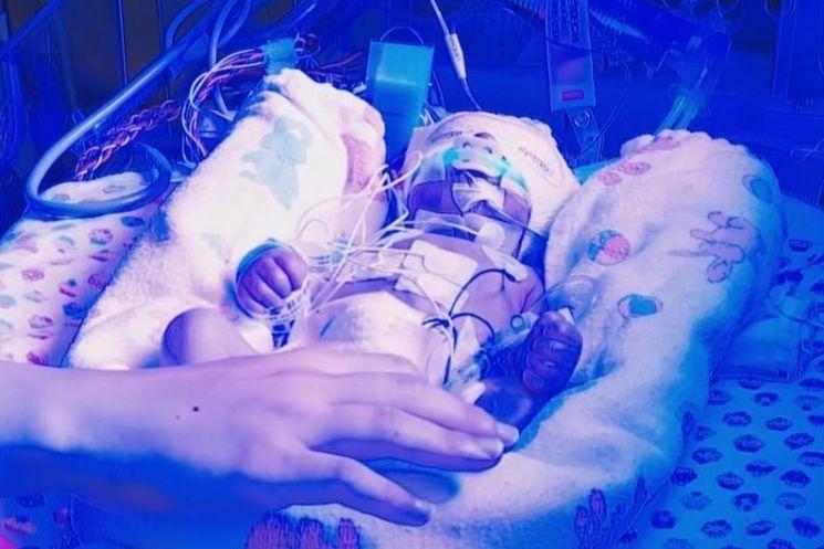 출산 임박 산모가 대기오염에 노출되면 신생아에게 위험할 수 있습니다. [사진=유튜브 화면캡처]