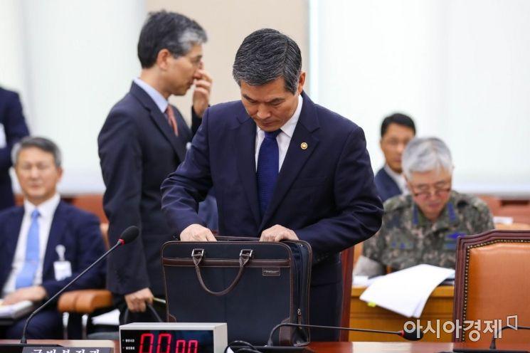 [포토]회의 준비하는 정경두 국방부 장관