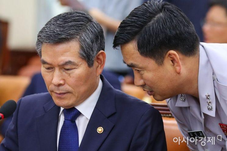 [포토]김도균 대북정책관과 의견 나누는 정경두 장관