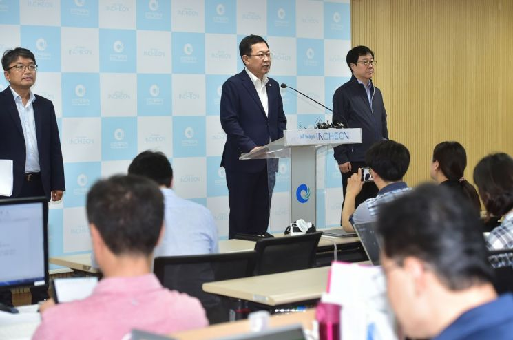 박남춘 인천시장이 5일 수돗물 정상화를 선언하고 피해보상과 상수도 혁신 방안에 대해 설명하고 있다. [사진=인천시]