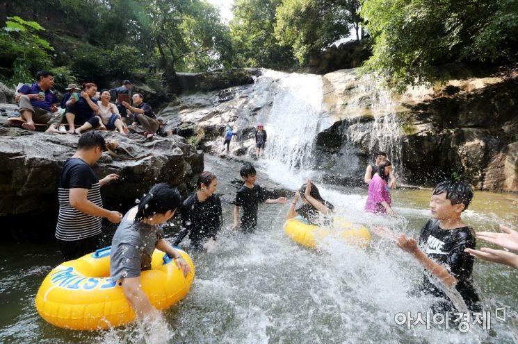 찜통더위가 절정에 달한 5일 경기 남양주시 와부읍 묘적사 계곡에서 시민들이 물놀이를 하며 더위를 식히고 있다. /문호남 기자 munonam@