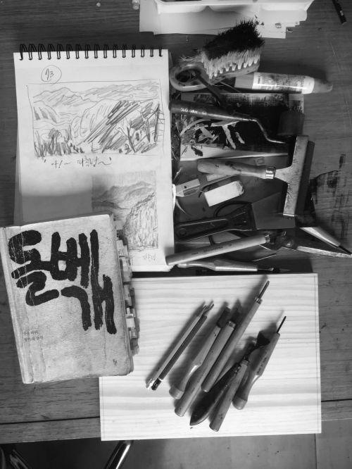 작품의 모티프가 된 장준하 선생의 항일수기 '돌베개'