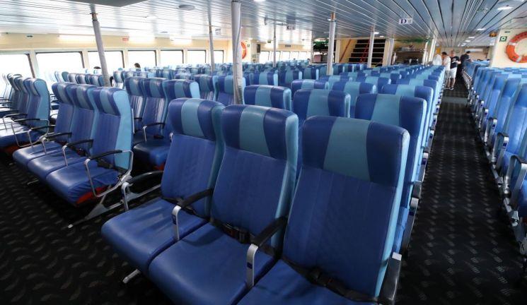노노재팬(일본 불매운동)이 들불처럼 번지는 가운데 4일 부산에서 대마도로 향하는 한 여객선 좌석이 텅 비어 있다. 좌석 440석을 보유한 이 여객선은 휴가철 성수기임에도 불구하고 예약이 저조해 출발 전일까지 왕복요금을 2만대까지 할인판매했으나 탑승률 30% 내외에 그쳤다. 현지 매체인 나가사키 신문은 지난달 31일 일본 불매운동의 영향으로 한국인 관광객이 급감해 대마도 관광산업이 타격을 입고 있다고 보도했다. 2019.8.4<이미지출처:연합뉴스>