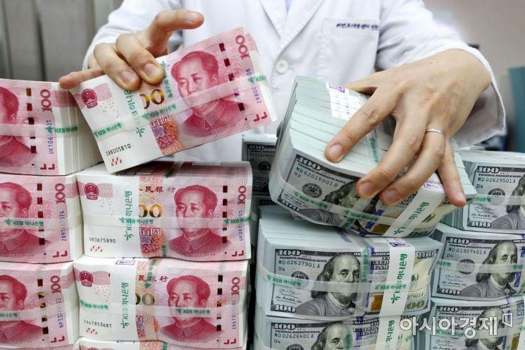 서울 을지로 KEB하나은행 위변조대응센터에서 한 직원이 미국 달러화와 중국 위안화 지폐를 정리하고 있다. /문호남 기자 munonam@