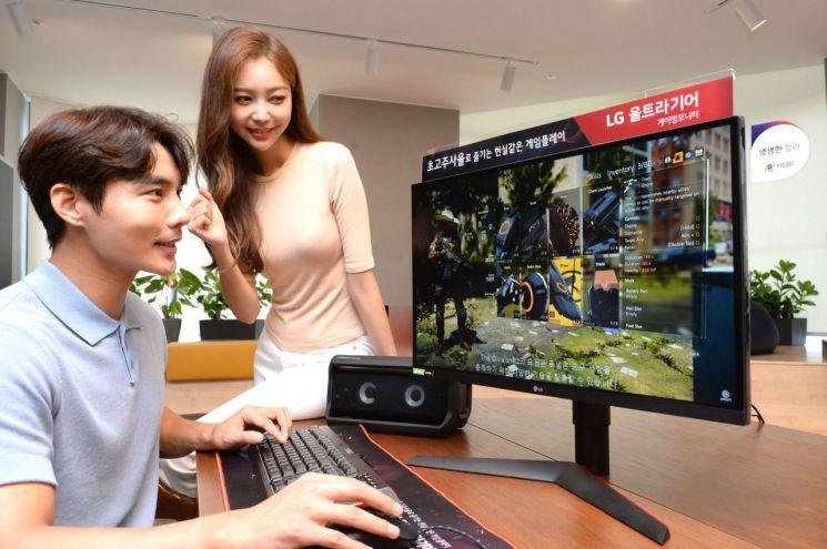모델들이 풍부하고 섬세한 색 표현이 가능한 '나노 IPS 디스플레이'와 화면 잔상 현상을 최소화해줄 1ms 응답속도를 갖춘 'LG 울트라기어' 27인치 게이밍 모니터 신제품(모델명:27GL850)으로 게임을 즐기고 있다.