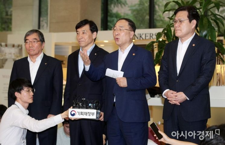 [포토] 회의 결과 설명하는 홍남기 부총리