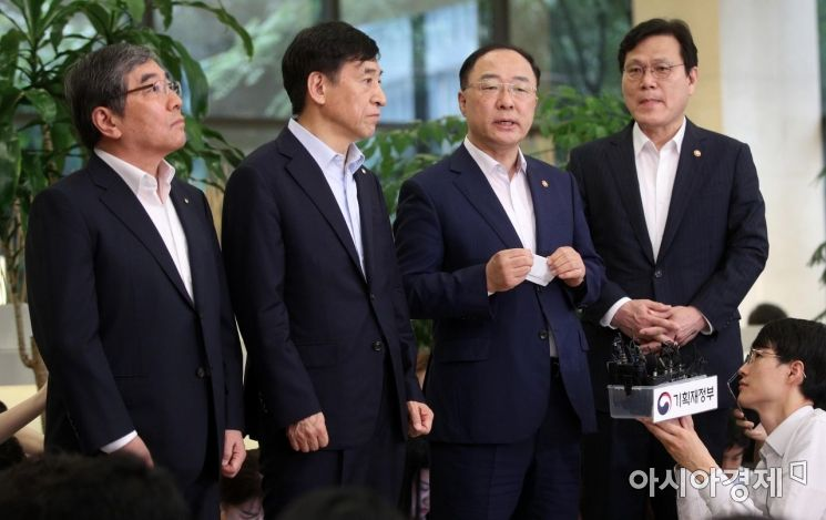 [포토] 회의 결과 설명하는 홍남기 경제부총리