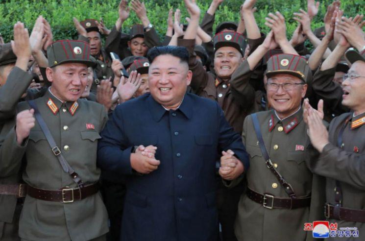 김정은 북한 국무위원장이 지난 6일 신형전술유도탄 발사를 참관한 뒤 '국방과학 부문의 지도 간부, 과학자, 군수노동계급'과 기념사진을 찍었다고 조선중앙통신이 7일 보도했다. 사진은 중앙통신이 이날 홈페이지에 공개한 것으로, 김정은 위원장이 북한군 장병들을 격려하고 있다.
