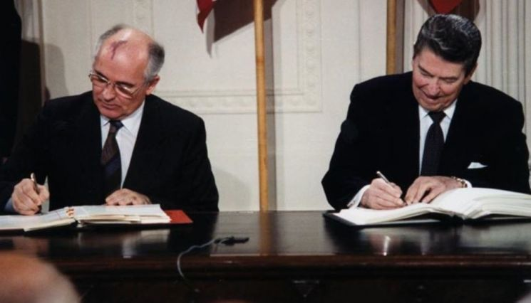 1987년 중거리핵전력조약(INF) 체결 당시 미하일 고르바초프 구소련 공산당 서기장(왼쪽)과 로널드 레이건 미국 대통령(오른쪽)의 모습.(사진=아시아경제DB)