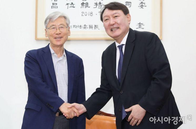 [포토] 인사 나누는 윤석열 총장·여상규 법사위원장