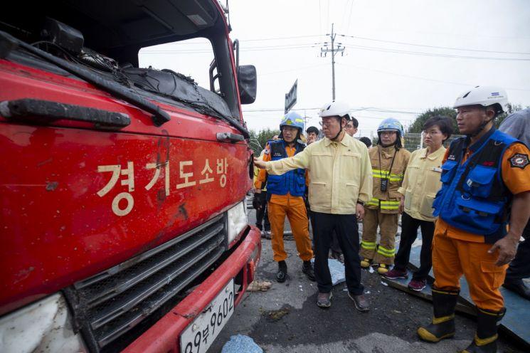 안성공장 화재현장을 찾은 이재명 경기도지사가 현장 관계자로부터 설명을 듣고 있다.