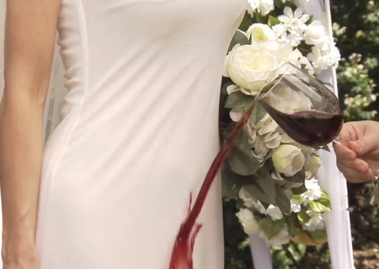 해외 홈쇼핑 방송의 한 장면. 발수코딩제를 바른 드레스에는 와인을 쏟아도 와인이 묻지 않는다는 사실을 홍보합니다. [사진=유튜브 화면캡처]