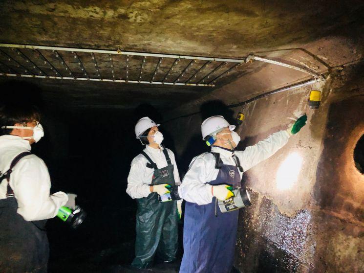 지난해 업무관계자가 문래동에 위치한 하수도시설물 스프레이                                   악취저감시설을 점검하고 있다.