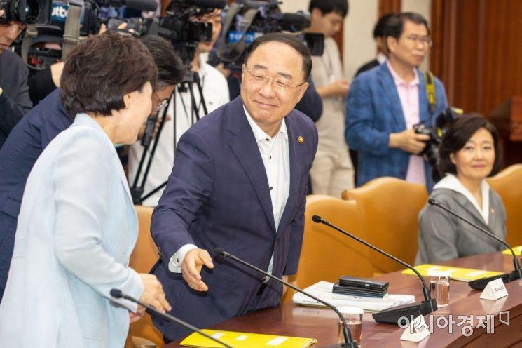 [포토]김현미 장관과 인사하는 홍남기 경제부총리