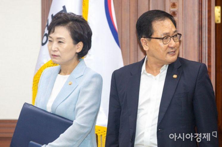 [포토]회의실 들어서는 유영민 장관-김현미 장관